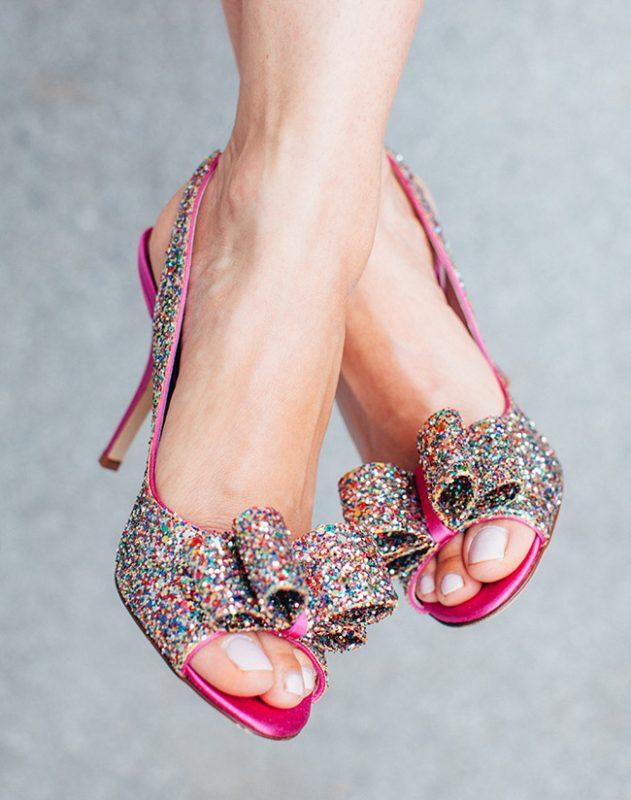 pies con zapatos peep toes con purpurina brillante