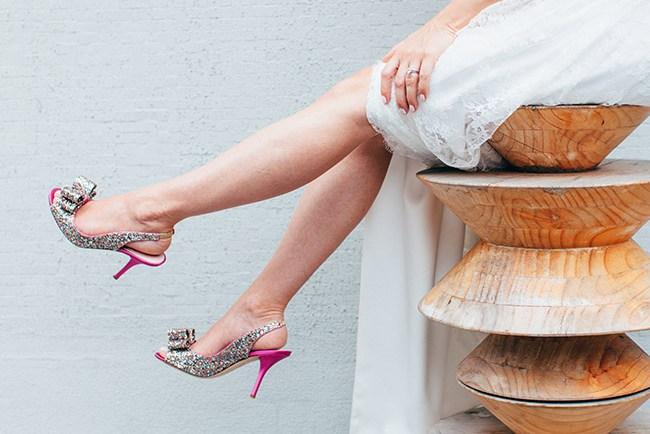 imagen de unas piernas con unos zapatos brillantes