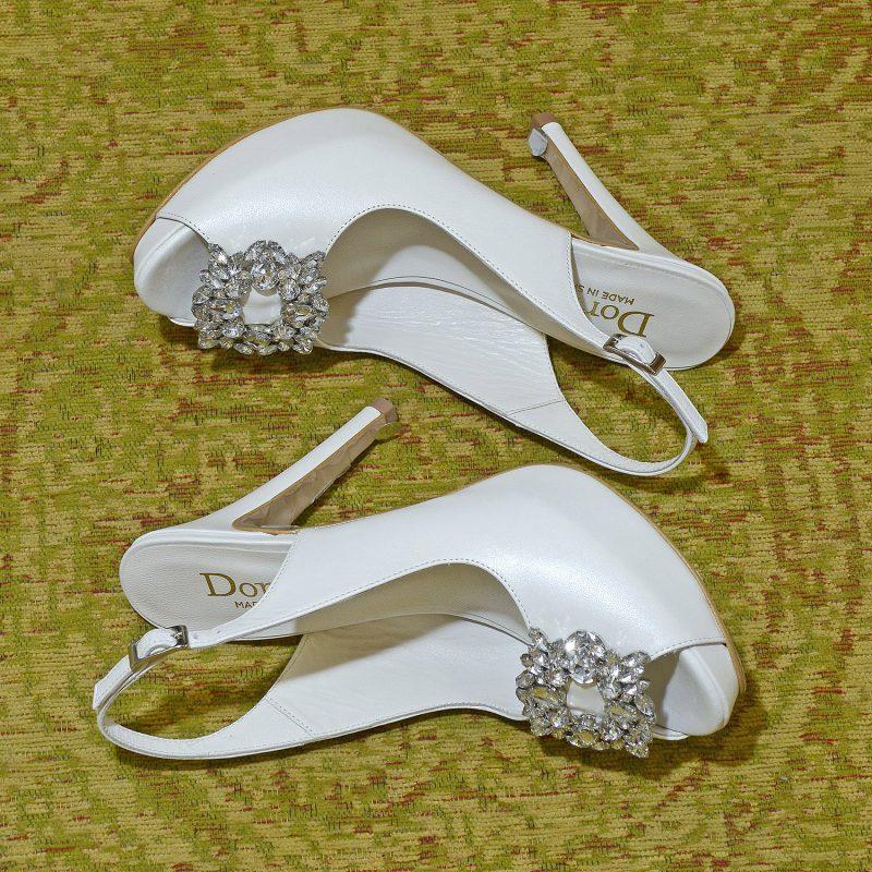 zapatos peep toe con tacón y broche de cristal